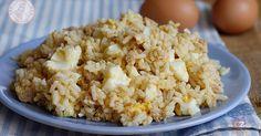 Il riso tonno e uova sode è una ricetta facile, veloce, gustosa e perfetta sia per il mare che per l'ufficio. Un classico piatto estivo che piace a tutti.