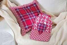 Wärmflaschenbezug mit Kissen und Decke auf dem Sofa