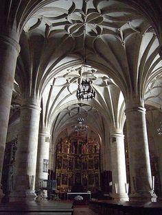 Catedral de la Asunción de El Burgo de Osma. Soria. Comenzada su construcción en 1232, muestra también otros aportes estilísticos, concluyendo con el neoclásico (1784). Como otras muchas catedrales españolas del siglo XIII, fue dedicada a la Asunción de la Virgen. En 1235 fue celebrada en la catedral la canonización de Santo Domingo de Guzmán, nacido en las cercanías de Osma, y que fue canónigo de esta catedral.