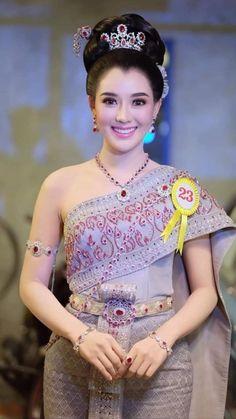 Gorgeous Lady, Gorgeous Women, Costumes Around The World, Vietnam Girl, Thai Dress, Thai Style, Beauty Photos, Beautiful Asian Girls, Traditional Dresses