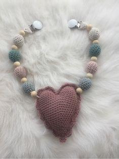 StrikkeogHekleLise – Strikket lue med flettebord og oppskrift Knit Crochet, Crochet Necklace, Knitting, Jewelry, Design, Fashion, Threading, Moda, Jewlery