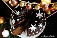 weihnachtlicher Lebkuchen-Gugelhupf mit Fondant-Schneeflocken