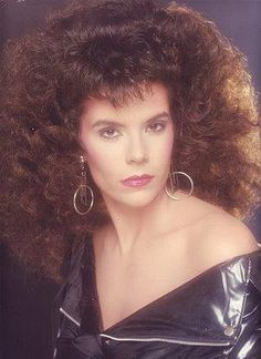 Who can forget Glamour Shots- that huge (albeit scary) trend of the feathers, soft lighting, huge hair, overdone makeup, and lots of s. Retro Hairstyles, Popular Hairstyles, Hairstyles With Bangs, Feathered Hairstyles, 80s Big Hair, Eighties Hair, Bouffant Hair, Glamour Shots, Bad Hair Day