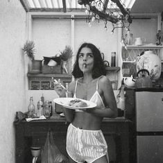 black and white photography girls eating spaghetti pasta in silk underwear Fotografia Retro, Photo Pour Instagram, Instagram Life, Instagram Fashion, Photographie Portrait Inspiration, Foto Casual, Insta Photo Ideas, Black N White, Belle Photo