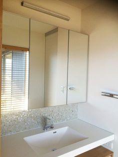 洗面室ミラー それから扉の中にコンセントが付いています。サンワカンパニーのシステムズミラーボックスEX W1200