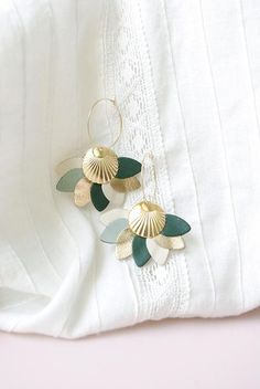 Discover recipes, home ideas, style inspiration and other ideas to try. Fabric Jewelry, Clay Jewelry, Jewelry Crafts, Handmade Jewelry, Polymer Clay Ornaments, Polymer Clay Crafts, Diy Leather Earrings, Diy Earrings, Diy Collier