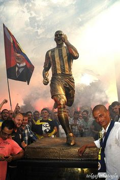 Alex De Souza - Fenerbahçe SK Legendary Captain - Statue in İstanbul Sports Clubs, Sports Art, Sports Marketing, Football And Basketball, Cristiano Ronaldo, Get In Shape, Istanbul, Real Madrid, Places To Visit