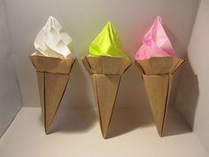 なんと!こんなにおいしそうなソフトクリームも、折り紙で作れます。バニラ味、イチゴ味、折り紙の色によって好きな味を作れますよ♪