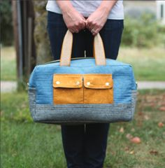 """""""Cargo Duffle"""" Free Tote Bag Pattern designed by Noodlehead from Robert Kaufman Diy Duffle Bag, Diy Tote Bag, Tote Bags, Duffle Bag Patterns, Lightweight Travel Bag, Quilted Bag, Market Bag, Purses And Bags, Birthday"""