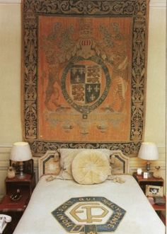 The Duke of Windsor's bedroom, Bois de Boulogne, Paris. Wallis Simpson, Edward Viii, Paris Bedroom, Paris Home, House Of Windsor, Paris Ville, Art Of Living, Historic Homes, Coat Of Arms