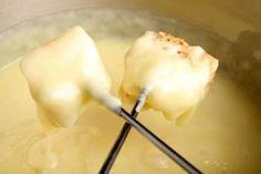 Fondue de queijo. Clássico de todo inverno, aproveite o friozinho para saborear esta deliciosa receita de fondue de queijo.    Mais receitas em: http://www.receitasdemae.com.br/receitas/fondue-de-queijo/