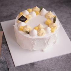 #코코망고 #망고케이크 엄청 맛있는 망고치즈크림이랑 망고과육을 깍둑깍둑 썰어 넣었어요~ 택배로 시킨 생크림이 너무 늦게 와서 완성 못할까봐 덜덜 떨며 수업했네요;; 이해해주셔서 감사해요^^ . . #heycake #헤이케이크 #분당베이킹클래스… Korea Cake, Nice Cake, Fashion Cakes, Elegant Cakes, Dessert Recipes, Desserts, Cake Designs, Amazing Cakes, Food Styling