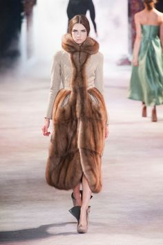 http://madame.lefigaro.fr/style/defile-ulyana-sergeenko-haute-couture-automne-hiver-2013-2014-020713-429208?page=24