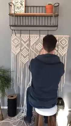 Making a macrame wall hanging - Diy Wall Art Macrame Design, Macrame Art, Macrame Projects, Macrame Knots, How To Macrame, Macrame Supplies, Macrame Wall Hanging Patterns, Macrame Plant Hangers, Macrame Wall Hangings