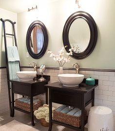 Decoração de banheiro de casal. Dicas para banheiro. Ideias para decorar. Cubas brancas. Espelhos. Escada como toalheiro de banheiro. Banheiro charmoso.