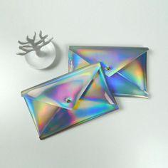 Die kleine Universaltasche ist hersgestellt aus silbernem holografischem PU-Leder. Die stylische wasserdichte Außenhülle ist ein Hingucker und wird