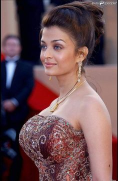 Aishwarya Rai has got some voluptuous breast which is very Conspicuous to stare for long time of period. Her looks and charms are very mesmerising. Beautiful Bollywood Actress, Most Beautiful Indian Actress, Beautiful Actresses, Most Beautiful Women, Aishwarya Rai Cannes, Actress Aishwarya Rai, Aishwarya Rai Bachchan, Glamour, Mode Old School