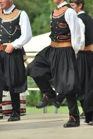 BRAGOU- BRAZ: pantalón amplio de paño o tela blanca y forma abombada para facilitar la marcha a través de las espinosas aulagas, traje típico de Bretaña.