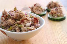 Een simpel en snel recept voor heerlijke tonijnsalade met rode ui, augurk, zongedroogde tomaat, kappertjes en ketjap.