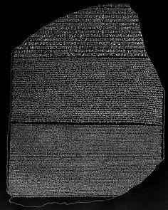 La stele di Rosetta, incisa nel 196 a. C. e scoperta nel 1799 d. C., reca lo stesso testo in tre versioni: geroglifica (inalto), demotica (in mezzo), greca (in basso)