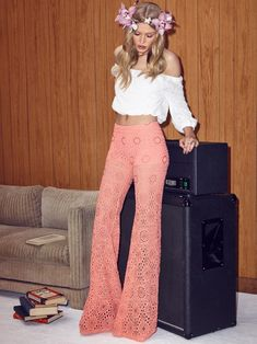 decades day spirit week Camilla Christensen goes boho in a music festival inspired look.dope gimme this outfit Look Boho, Look Chic, Bohemian Style, Gypsy Style, 70s Inspired Fashion, 70s Fashion, Fashion Outfits, Gypsy Fashion, 1960s Fashion Hippie