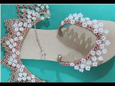 Chinelo Flat Gum Decorado com Pitangas! INICIANTES - Maguida Silva - YouTube Beading Projects, Beading Tutorials, Beading Patterns, Beaded Beads, Beaded Jewelry, Beaded Necklace, Decorating Flip Flops, Simple Embroidery, Fabric Roses