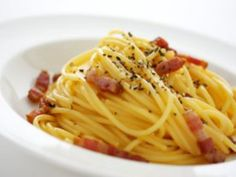 Check out a listing of the best restaurants in Rome. A guide to new openings and old classics. Form traditional dishes to new and experimental ones. Pasta Carbonara, Fish And Chicken, Weird Food, Cannoli, Everyday Food, Food Dishes, Italian Recipes, Salads, Kitchen