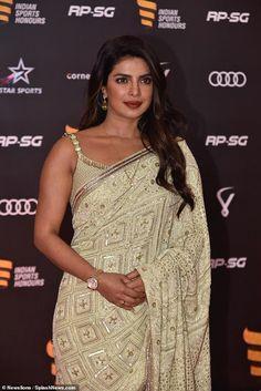 Priyanka Chopra dazzles in a sari with her mother to attend the Indian Sports Honours in Mumbai Parneeti Chopra, Priyanka Chopra Hot, Quantico Priyanka Chopra, Indian Star, White Saree, Indian Celebrities, Beautiful Indian Actress, Beautiful Women, Indian Beauty
