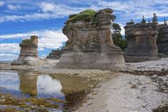 Les monolithes de l'île de Niapiskau, dans le parc de l'Archipel des îles de Mingan. Voyager Loin, Kayak, Destinations, North Shore, Canada Travel, Quebec, Belle Photo, Monument Valley, Mount Rushmore