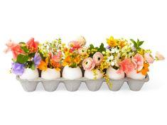 bricolage Pâques: oeufs évidés comme vases de fleurs
