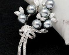 Luxusná brošňa v tvare perlovej kytice s kryštálikmi.