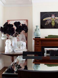 Vintage decoration, antiques, modern design, art and collectibles Interior Styling, Interior Design, Black Flowers, Black Walls, Muted Colors, Colour Schemes, White Porcelain, Vintage Decor, Great Rooms