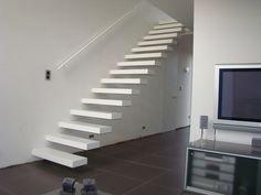 Moderne open trap met stalen leuning. model wallclimber van het