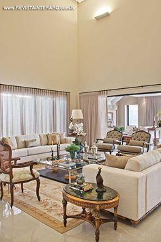 A atmosfera clássica predomina no décor do living, com tapete Aubusson, mesa de…