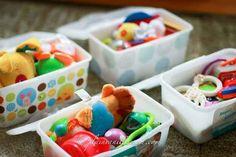 In leeren Feuchttücher-Boxen kannst Du Spielsachen, Essen und Bastelsachen für unterwegs mitnehmen.