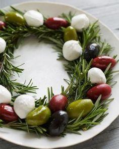 Tolles Weihnachtsrezept. Rosmarin mit Mozzarella Kugeln und Oliven für ein Weihnachtsbuffet. Noch mehr Weihnachtsrezepte gibt es auf www.spaaz.de