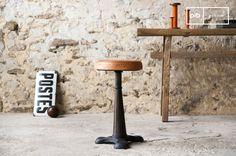 Lo sgabello del calzolaio con il sedile in cuoio , si ispira agli atelier di un tempo e porterà un innegabile spirito retro a casa vostra.