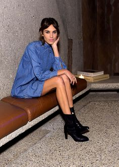 Denim diva: Alexa Chung knows how to do denim Alexa Chung Style, Looks Street Style, Love Her Style, Denim Outfit, Poses, London Fashion, Girl Fashion, Ladies Fashion, Suits