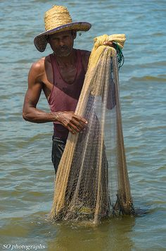Fisherman with net, Arugam Bay, Sri Lanka. Brunei, Maldives, Sri Lanka, Laos, Philippines, Timor Oriental, Arugam Bay, Other Countries, British Colonial