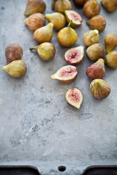 figs artfully positioned on a grey stone plate | fruit: fig . Frucht: Feige . fruit: figue | Photo: Hélène Dujardin @ flickr |