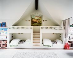 4 lits en superposés permettent à cette chambre d'être un véritable dortoir de colonies de vacances.