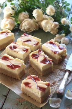 Mansikkaiset juustokakkupalat Cheesecake, Sweets, Desserts, Therapy, Food, Random, Sweet Pastries, Meal, Gummi Candy