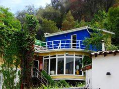 La Chascona está en La Santiago, pero esta en las montañas. Me gustan los colores, el estilo brillante, y muchas ventanas. El techo es muy interesante y en los árboles. La casa es muy abierto y grande. Me gusta estar cerca de la naturaleza. Me gustaría mucho ir de excursión cerca de esta casa.