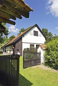 O chalupářích s velkým srdcem | Chatař & Chalupář Tiny House, Exterior, Cabin, House Styles, Cottages, Garden, Outdoor Decor, Beautiful, Houses