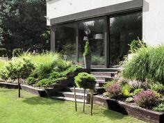 Skarpy i wzniesienia sprawiają, że ogród jest bardziej malowniczy. Nie powinniśmy z nich rezygnować tylko dlatego, że obawiamy się kłopotów spowodowanych ewentu... Sloped Garden, House Deck, Outdoor Living, Outdoor Decor, Terrace Garden, Backyard Landscaping, Beautiful Gardens, Garden Design, Patio