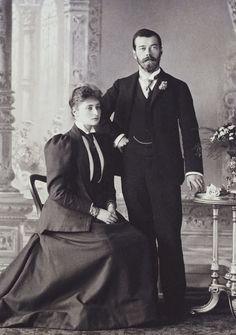 Tsarevich Nicholas, mais tarde, Tsar Nicholas II (Emperor) Nicolau II, e a princesa Alix de Hesse, mais tarde, Empress Alexandra Feodorovna. Nicholas está de pé para a direita, com a mão direita apoiada na cintura e sua mão esquerda sobre a mesa ao lado dele. Princesa Alix está sentada ao lado dele, à esquerda, com as mãos entrelaçadas no colo. Agosto de 1894.