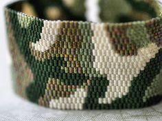 bijoux : bracelet en perles tissées, motif camouflage