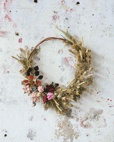 In onze winkels vind je droogbloemen in alle soorten, maten en kleuren. Je kunt er ook creatief mee aan de slag gaan – maak bijvoorbeeld eens deze gedroogde bloemenkrans. Leuk met onze vilten bloemen voor wat extra kleur. Staat prachtig en je kunt er lekker lang van genieten! #DIY #dillekamille #thuisbijdille #bloemenkrans #garland #flowerwreath Xmas Wreaths, Autumn Wreaths, Dried Flower Wreaths, Dried Flowers, Diy Fleur, Fleurs Diy, Floral Hoops, Deco Floral, Flower Wall Decor