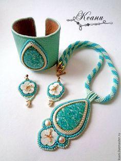 """Купить Комплект """"Белые цветы Средиземноморья"""" кулон, браслет и серьги - бирюзовый, кремовый, золотой, амазонит"""
