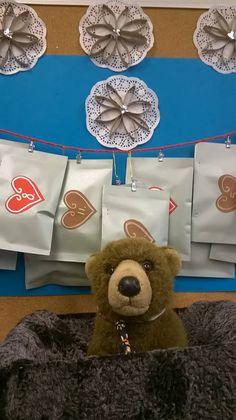 KOULUKARHU VERTIN JOULUKALENTERI. Kakkosluokkalaiset tekivät luokan lemmikkikarhulle kaulapannat, jotka laitettiin kirjekuoriin. Kenen panta kuoresta aamulla löytyy, se saa hoivata karhua päivän. Koulukarhun avulla opetellaan tunnetaitoja, sille luetaan kirjoja ja lapset opettavat sille uuden asian matematiikan tunneilla. Teddy Bear, Toys, Animals, Activity Toys, Animales, Animaux, Clearance Toys, Teddy Bears, Animal